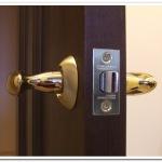 Как врезать замок в межкомнатную дверь?