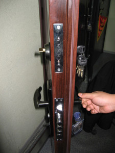 установка замка на входную дверь