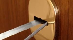не открывается замок в двери
