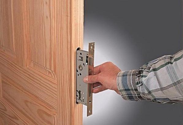 Как установить дверной замок