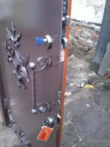 9-ustanovka-zamkov-v-metallicheskie-dveri