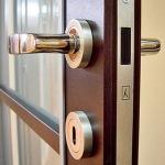 Магнитный замок для межкомнатных дверей - подробный обзор