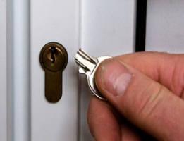 застрял ключ в замке двери