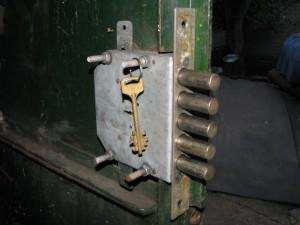 врезной замок на гараж